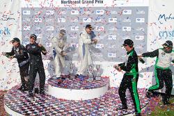 GTC class podium: vainqueurs de la catégorie Henri Richard et Andy Lally, 2e Timothy Pappas et Jeroen Bleekemolen, 3e Shane Lewis et Jerry Vento