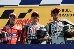 Podium: el ganador, Jorge Lorenzo, Fiat Yamaha Team, segundo, Casey Stoner, Ducati Marlboro Team, te