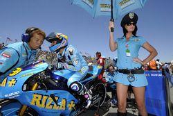 Alvaro Bautista, Rizla Suzuki MotoGP con una chica Rizla Suzuki
