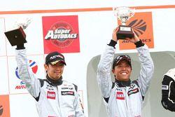 GT300 podium 2nd prace: #3 Hasemi SportTomica Z: Kazuki Hoshino, Masataka Yanagida