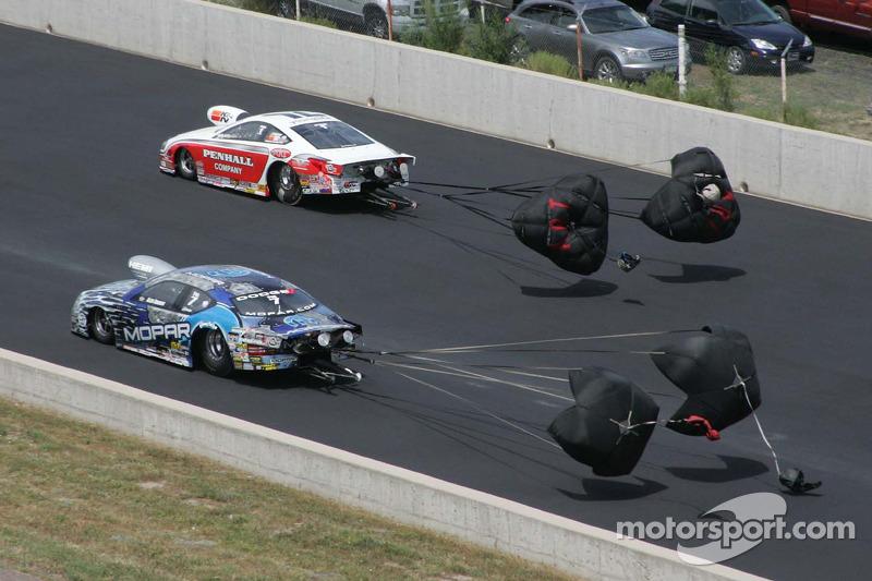 Allen Johnson, Team Mopar/J&J Racing Dodge Avenger en Mike Edwards, Penhall/Interstate Batteries Pon