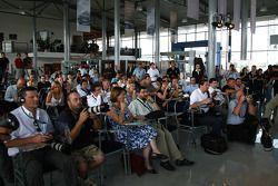 Mercedes GP, Nico Rosberg y Michael Schumacher, Mercedes GP visitan un Mercedes Garajee y planes de