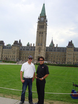 J.R. Fitzpatrick en Ron Fellows voor het Ottawa Parliament