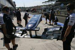 Mecánicos de Williams F1 Team con el ala delantera