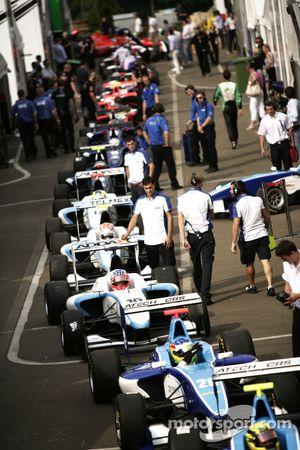 Roberto Merhi, Mirko Bortolotti en de rest in de paddock
