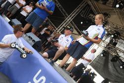 Яри-Матти Латвала и Микко Хирвонен получают последние инструкции перед гонками на радио управляемых