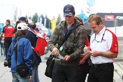 Jonathan Palmer, CEO MotorSport Vision, zet handtekeningen