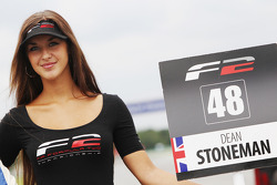 Grid girl pour Dean Stoneman