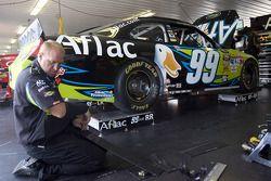 Un membre d'équipe travaille sur la #99 Aflac Ford
