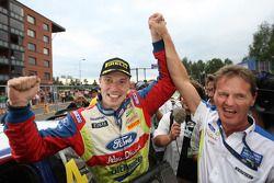 Rally winnaar Jari-Matti Latvala viert met M-Sport Supremo, Malcolm Wilson