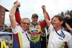 Rally winnaar Jari-Matti Latvala viert met Ian Slater, Vice President Communications & Public Affair