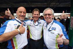 Ford Europa Management, Gerard Quinn en Ian Slater vieren met Malcolm Wilson na overwinning BP Ford