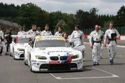 Crew duwt BMW's naar grid