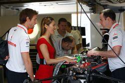 Jenson Button, McLaren Mercedes con su novia Jessica Michibata