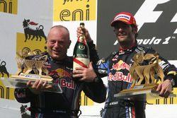 Podio: ganador de la carrera Mark Webber, Red Bull Racing