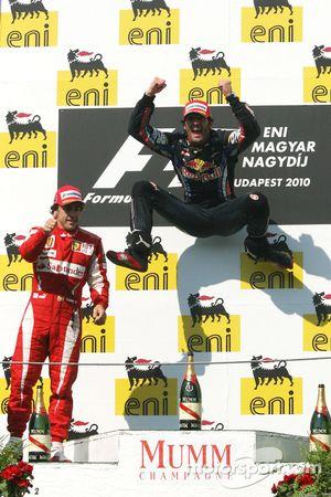 Podio: ganador Mark Webber, Red Bull Racing