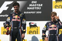 Podio: ganador de la carrera Mark Webber, Red Bull Racing, tercer lugar Sebastian Vettel, Red Bull R