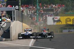 Rubens Barrichello, Williams F1 Team, und Michael Schumacher, Mercedes GP
