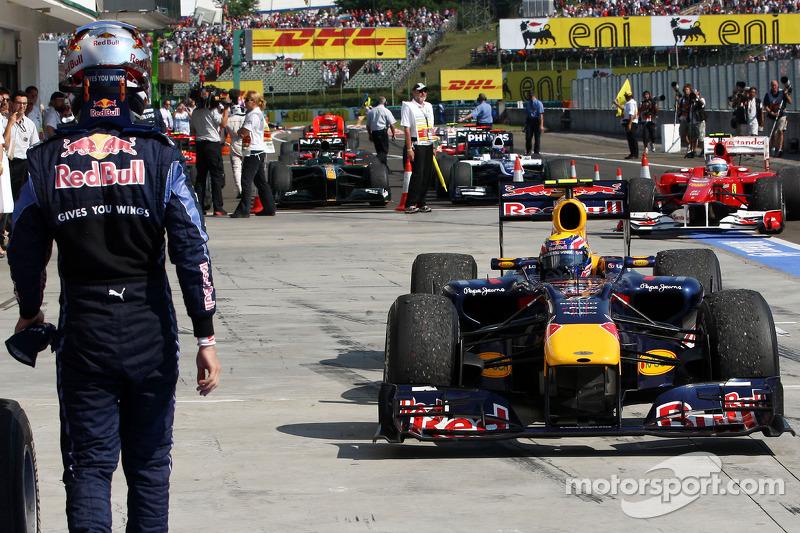 Sebastian Vettel, Red Bull Racing walks out, parc ferme as Mark Webber, Red Bull Racing Kazanan, in