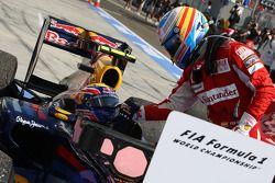 Ganador de la carrera Mark Webber, Red Bull Racing con Fernando Alonso, Scuderia Ferrari