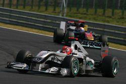 Michael Schumacher, Mercedes GP y Sebastien Buemi, Scuderia Toro Rosso