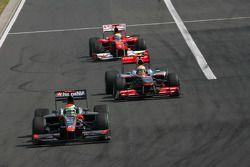 Sakon Yamamoto, Hispania Racing F1 Team yLewis Hamilton, McLaren Mercedes