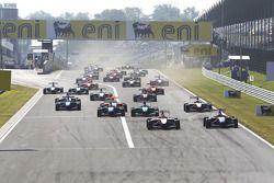 Alexander Rossi rijdt voor Josef Newgarden, Robert Wickens en het veld bij de start van de race