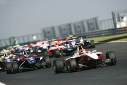 Alexander Rossi rijdt voor Josef Newgarden, Dean Smith, Robert Wickens en het veld bij de start van