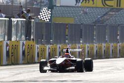 Alexander Rossi viert zijn overwinning als hij onder de finishvlag doorrijdt