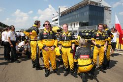La parte trasera de la Renault es cubierta por los mecánicos