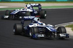 Рубенс Барикелло, Williams F1 Team едет впереди Нико Хюлькенберга, Williams F1 Team