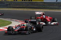 Sakon Yamamoto, Hispania Racing F1 Team leads Fernando Alonso, Scuderia Ferrari