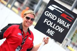 Louise Allinson, Formule 2 Raceteam Coordinator, bereidt zich voor om de gridwalk te leiden