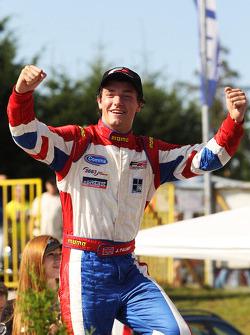 Winner of race two Jolyon Palmer fête son succès dans le parc fermé