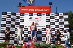 Podium et résultats: 1st: Jolyon Palmer, 2nd: Dean Stoneman, 3rd: Kazim Vasiliauskas