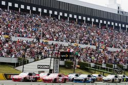 Start: Tony Stewart, Stewart-Haas Racing Chevrolet et Juan Pablo Montoya, Earnhardt Ganassi Racing C