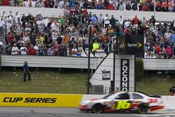 Greg Biffle, Roush Fenway Racing Ford takes the checkered flag