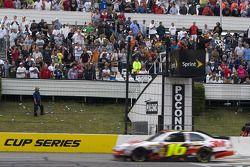 Greg Biffle, Roush Fenway Racing Ford passe le drapeau à damiers