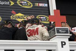 Victory lane: race winnaar Greg Biffle, Roush Fenway Racing Ford