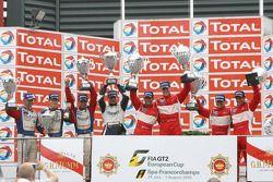 Podium: race winnaars Romain Dumas, Jörg Bergmeister, Martin Ragginger en Wolf Henzler, 2de Raymond