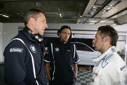 Bart Mampaey, Team Principal, BMW Team RBM discute avec Andy Priaulx BMW Team RBM BMW 320si