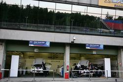 Cars of Augusto Farfus BMW Team RBM BMW 320si and Andy Priaulx BMW Team RBM BMW 320si in the pitgarage