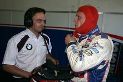 Andrei Romanov Liqui Moly Team Engstler BMW 320si en discussion avec son ingénieur