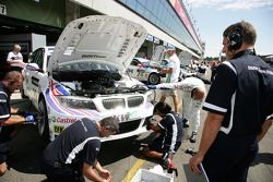 Bart Mampaey, Team Principal, BMW Team RBM is watching the repair of Andy Priaulx BMW Team RBM BMW 320si