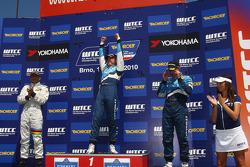 Podium: 2nd Gabriele Tarquini SR-Sport Seat Leon 2.0 TDI, 1st Robert Huff Chevrolet, Chevrolet Cruze LT, 3rd Alain Menu Chevrolet, Chevrolet Cruze LT