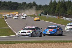 Colin Turkington eBay Motors BMW 320si devant le peloton