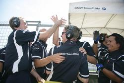 Le BME Team RBM fête la victoire d'Andy Priaulx BMW Team RBM BMW 320si