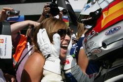 Le vainqueur Andy Priaulx BMW Team RBM BMW 320si avec sa femme Joanne