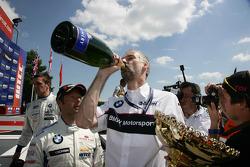 Jan Hartmann Chef des voitures tourisme et endurance BMW avec du champagne