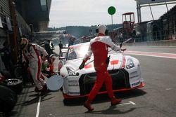 Pit stop for #3 Swiss Racing Team Nissan GT-R: Karl Wendlinger, Henri Moser